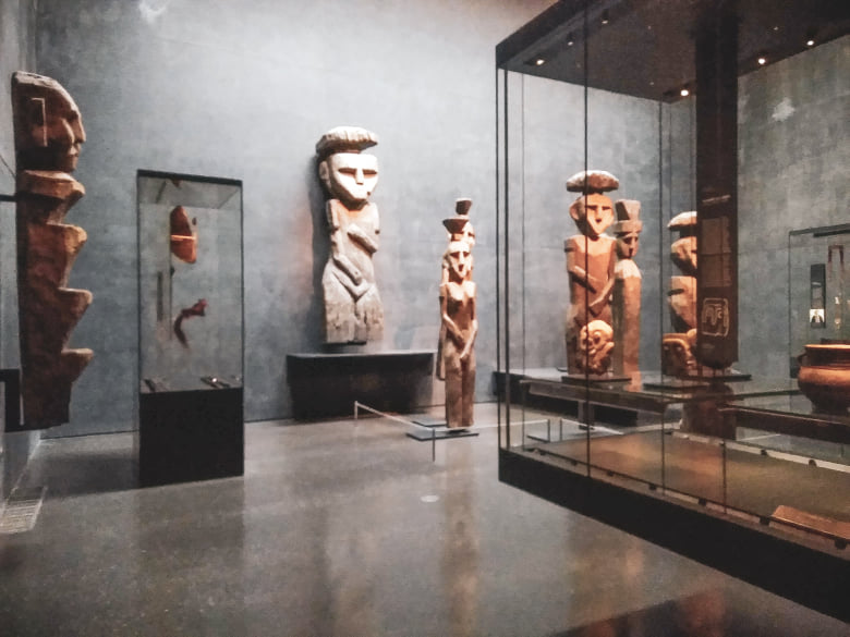 Exposição Chile antes de Chile do Museu Chileno de Arte Pré-colombiana. Em destaque, estátuas de madeira Chemamülles do povo Mapuche.