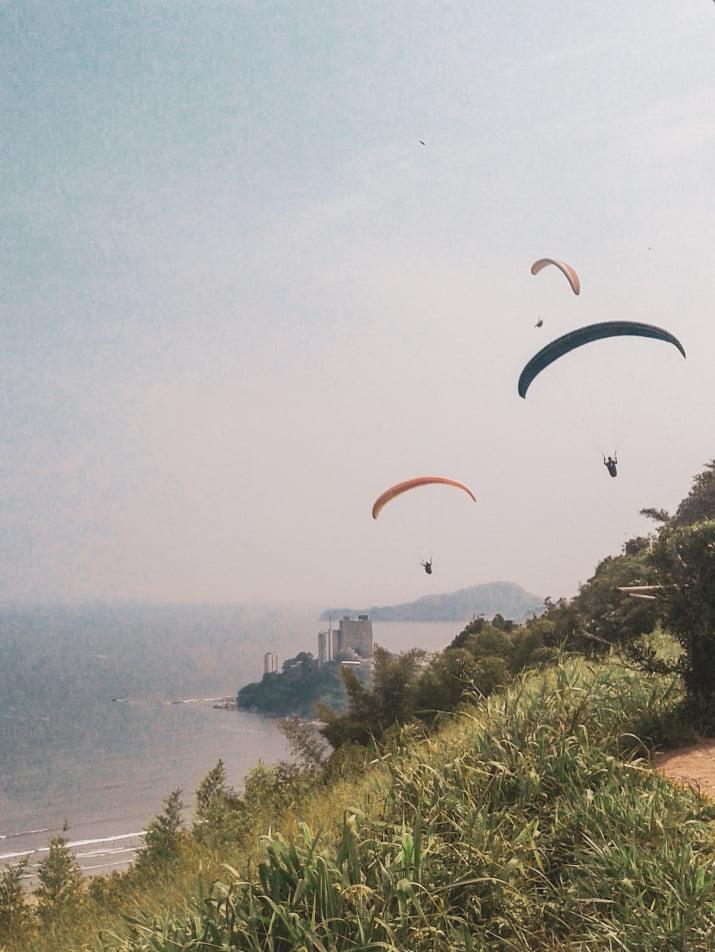 Topo do Morro de Itararé, com pessoas pulando de parapente